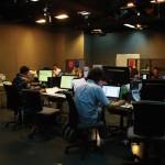 目前D100約有五十名全職員工、五十名主持,將來員工人數都限於一百人內。上圖為D100租用壹傳媒大樓的臨時辦公室。