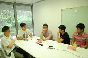 幾位同學正以焦點訪問(FOCUS GROUP) 形式討論對佔領中環的意見。