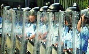 面對僅手持雨傘的市民,警方出動防暴警察, 把市民看待成暴民。梁美華感嘆「我們是在守護香港,不是在破壞香港。他們的職責是要捉一些作奸犯科的賊,而不是我們這些普通市民。」