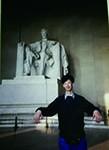 當年未知自己患病的Steve,在旅遊時和懷疑馬凡患者的林肯雕像合照。(圖片由受訪者提供)