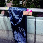 梁栢堅看見一個寫有「梁振英 垃圾」的垃圾桶,立即拍照記錄,樂不可支。(照片由受訪者提供)