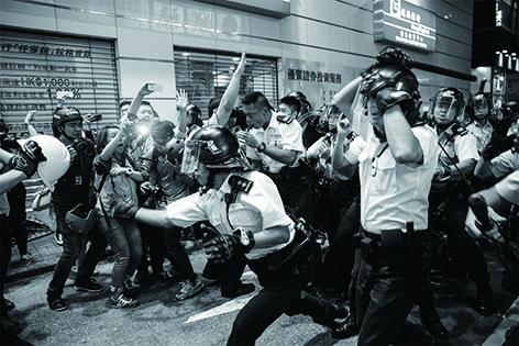 記者們整晚守在佔領現場,為求記錄每一個珍貴的瞬間。 (吳煒豪攝)