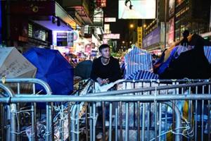 良哥926從新聞直播看到學生衝入公民廣場後被警察粗暴驅趕,凌晨趕往金鐘的警察總部前搬鐵馬,自此投入佔領生涯。