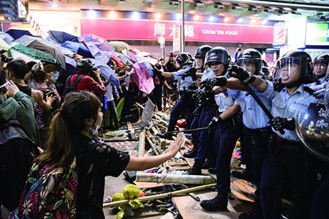 清場當日,警方向示威者放催淚水劑及以警棍拘趕,站在前線的示威者嘗試勸阻,卻不得要領。