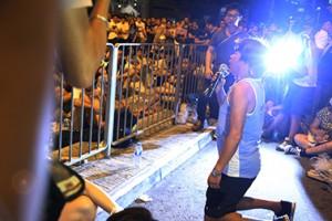 9月28日佔中正式啟動後,大批市民陸續離開,梁國雄在政總下跪求市民留守。(梁筱琁攝)