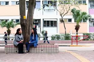 陳太(左)懂得讀唇,所以女兒陳嘉詩(右)與媽媽聊天時會手語和口語並用。