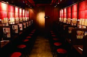 一蘭拉麵採用單人座位設計,以木板分隔食客,讓食客能專心地享用拉麵。(黃靖凝攝)