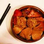 一人盆菜選用了八款盆菜配料:時菜、豬紅、蘿蔔、鹽焗雞、燒鴨、燒肉、鯪魚球和豬皮,還配上白飯一碗及熱飲,盛惠四十八元。(林煒彤攝)