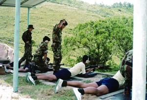 當年義勇軍少年團實彈射擊訓練,馬傑偉指當時只有電影才會看到射來福槍,他為自己第一次可以伏在地下射長槍感到興奮。 (圖片由香港少年領袖團提供)