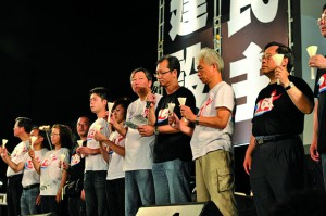 蔡耀昌(右三)於二零一一年六四燭光集會,以支聯會副主席身分致悼辭。(受訪者提供)