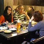 《被時代選中的我們》的四位核心成員阿郁(左一)、阿木(左二)、阿柏和李由之經常在火鍋店一起吃火鍋聚舊,這個出版大計也是這樣談出來的。