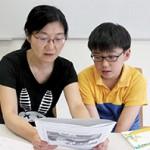 何美儀(左)曾幫兒子趙子翹(右)兩度轉校,希望他能愉快地學習,培養閱讀興趣和好奇心,而非在功課堆中生活。