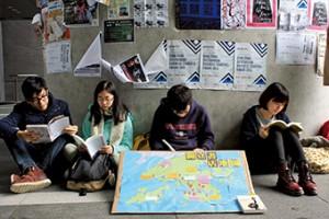 雨傘運動後成立的「中大諗」在三月中發起的抗議行動,數十位同學在中文大學商務書店門外閱讀。(江誠栢攝)