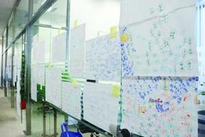 《香港零一》著重討論空間,員工每天上班都開會討論議題,畫了不少概念圖。(陳嘉欣攝)