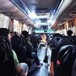 定制巴士內部與一般旅遊巴無異,車廂的座椅較公共巴士舒適。(董凡攝)