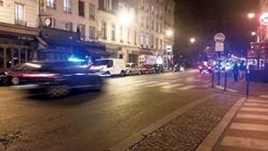 巴黎恐襲後,旅館外有大批警車飛快掠過,氣氛緊張。(謝德熹攝)
