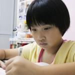 霖霖轉校後不但每天有空餘時間溫習,更重拾做手工的樂趣。 (吳沅琪攝)
