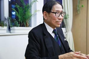 訪問當天,梁智鴻因為診症,遲了半小時才來到辦公室。下午五時半,年屆七十六歲的梁醫生沒有半點疲態,一開口仍中氣十足。(陳嘉欣攝)