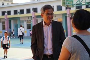 賴子文在家長接送學生上學、放學時,都會與他們交流、建立互信關係。(鍾卓恆攝)
