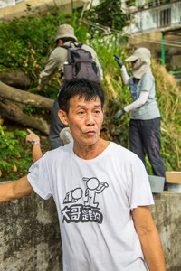 坪洲原居民陳先生得知地政總署派人視察朴樹,放下工作前來監察。(孫綺羚攝)