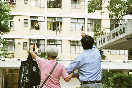 民協副主席譚國僑甫來到其選區大坑東邨,便被婆婆拉著,指出邨內的問題。