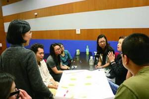 圖為約章新界西小組,義工在約章簡介會上一同討論如何籌備社區工作。(陳沅彤攝)