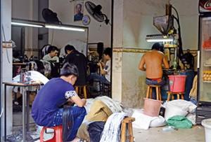 東莞工廠接連倒閉後,不少失業工人會把工廠外判的活帶回家做。 (陳嘉詠攝)