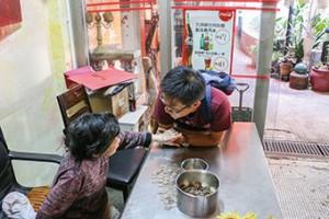 沙田瀝源麵店收銀婆婆見到黃浩銘便握起他的手,黃也對婆婆噓寒問暖。(孫綺羚攝)