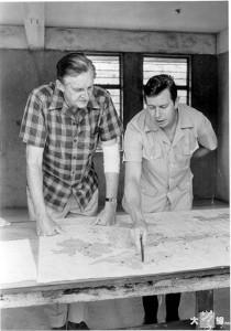 港督麥理浩(左)與林務主管賀以理於1966-67年間商討如何規劃郊野公園。(漁護署提供)