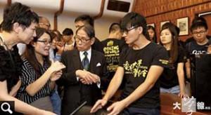 馮敬恩與一眾同學衝入校委會會議室,與時任主席梁智鴻對話。 (《蘋果日報》提供)