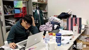 馮敬恩指學生會會務繁重,有時會在會室「過夜」。(陳穎慧攝)