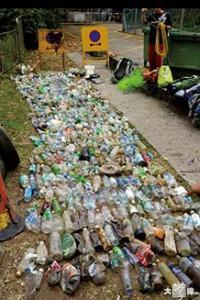 「泛非龍」曾在城門水塘撿到過多種多樣的垃圾 (受訪者提供)