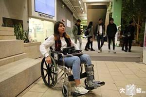 就讀浸會大學二年級的黃灝晴能用枴杖勉強行走,平日出入校園和宿舍則以輪椅代步。(利天諾攝)