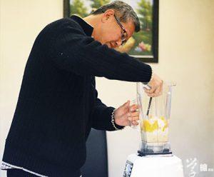 郭明慶示範以攪拌機製作鮮果雪糕。(鄭影映攝)