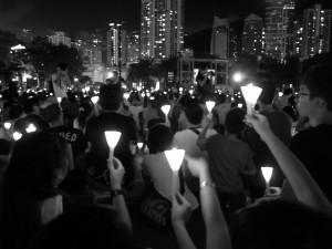 連年六四,上十萬市民到維園爭取平反六四,以燭光為六四死難者悼念。