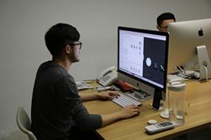 陳聖智展示蔡英文的競選設計圖。