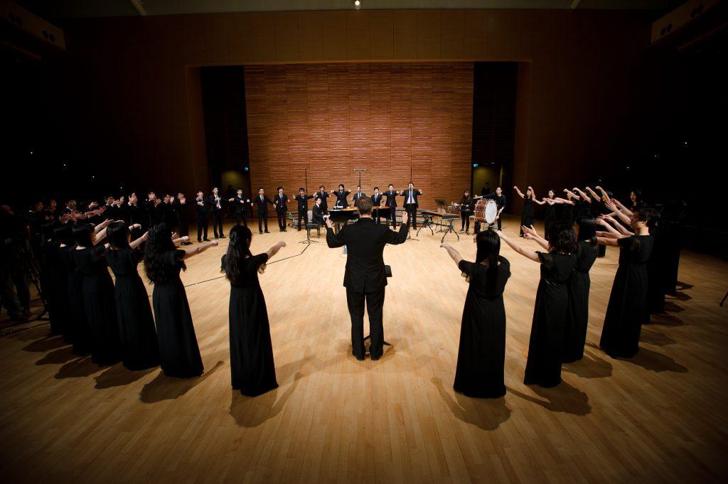 中大合唱團於香港演藝學院的演藝劇院演出,但場地並非為音樂演出而設,因而效果較差。(受訪者提供)