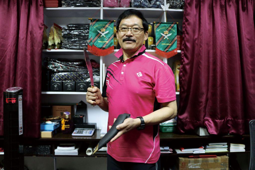 Hempratap Gurung手上是一把啹喀刀(Kukri),他表示在戰場上使用的啹喀刀更長。(盧鳳媚攝)