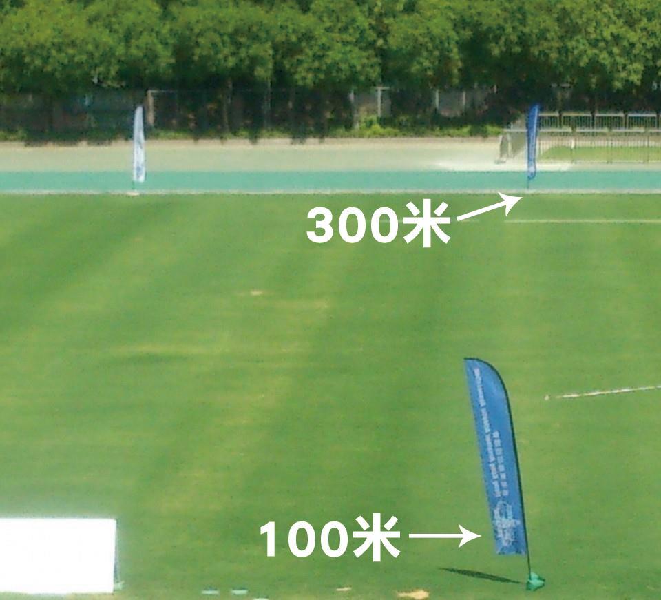 姚潔貞一名短跑運動員朋友,因好奇將軍澳運動場是否「由頭逆風到尾」(指全長400米的跑道)而觀察跑道旁邊的旗子,發現100和300米跑道旁邊的旗子被風吹往相反方向。(受訪者提供)