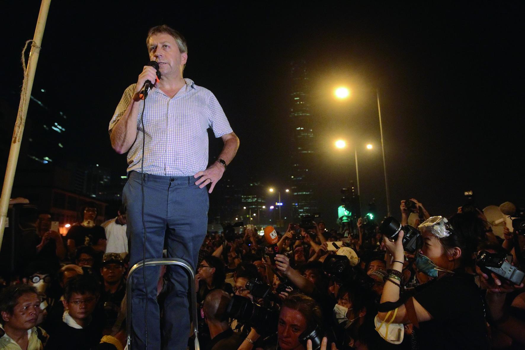 2014年10月2日,馬斐森和中文大學校長沈祖堯到金鐘佔領區支持學生,呼籲他們注意安全。這是他稱之為 Wet Shirt Night的難忘一晚。(《明報》提供)