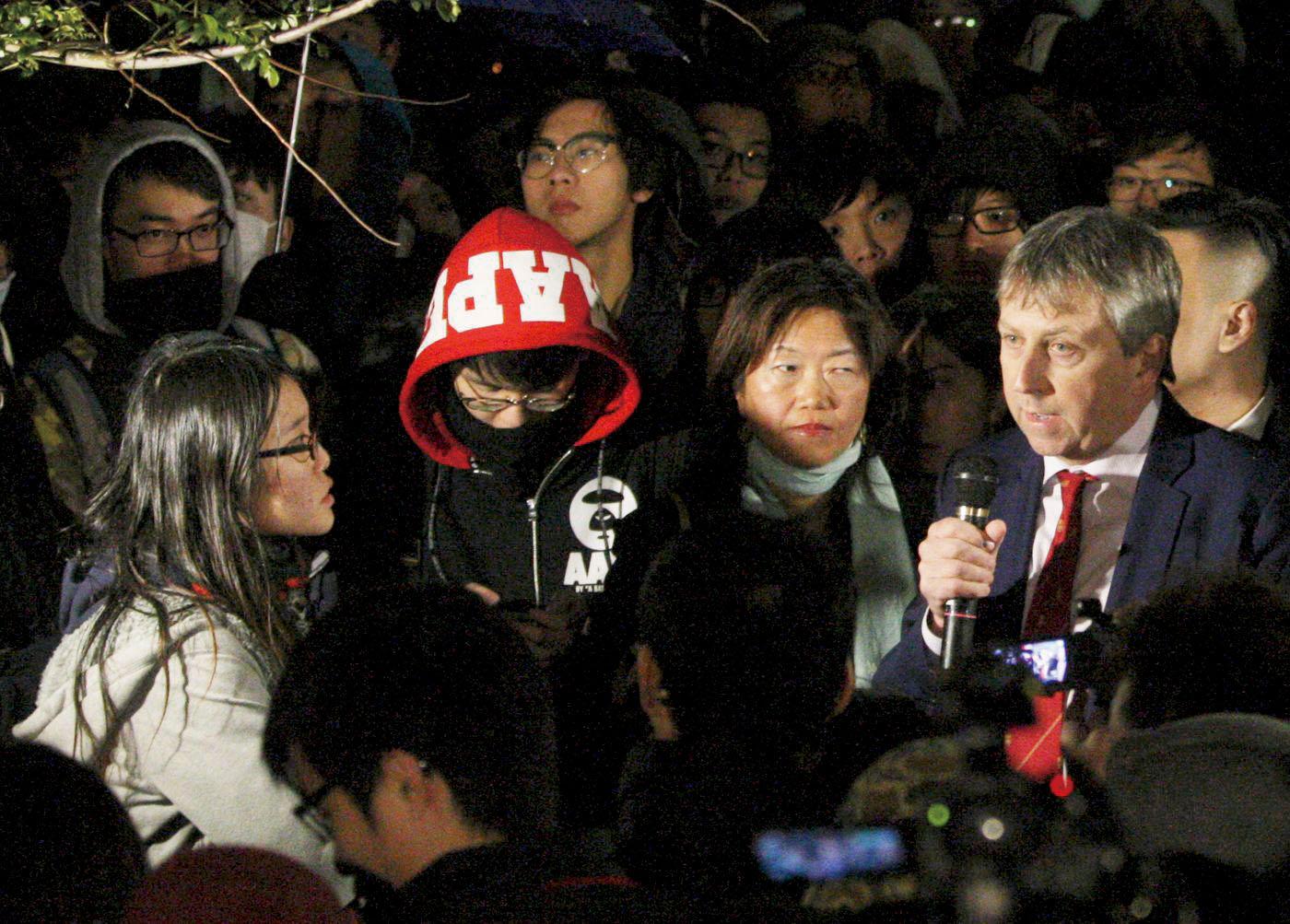 港大校委會在2016年1月26日開會商討港大管治的專組,期間有學生衝擊會場,馬斐森稱不會縱容「暴民統治 (mob rule)」。(《明報》提供)