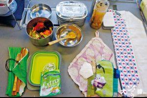 馮伽熺每天隨身攜帶的減廢「法寶」包括餐盒、竹餐具、毛巾等。工作室亦備有額外餐具借予同學。(潘祖兒攝)