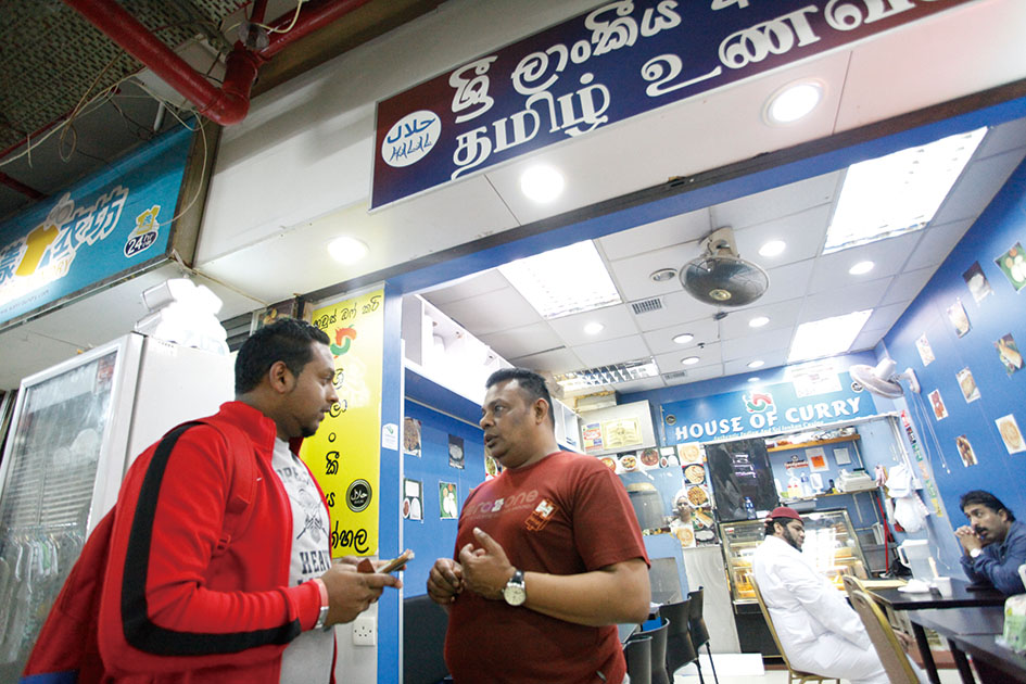Jeff在經常光顧的南亞餐廳與店主聊天。(黃靄兒攝)