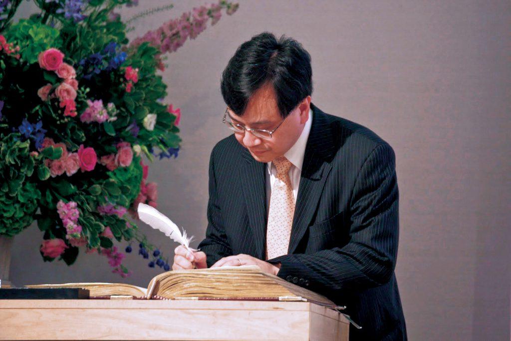 盧煜明獲選為英國皇家學會院士,入會簽名一刻小心翼翼,生怕鵝毛筆的墨水會滴在歷史悠久的名冊上。(受訪者提供)