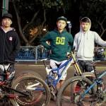 三位港隊成員(左起:李智城、劉樹森、劉國州)認為越野單車 改變了他們的生活,劉樹森更因踩越野單-車而成功戒煙。劉國州 表示現在更有自信︰「從前是『宅男』,未接觸越野單車前,經 常打機,生活百無聊賴,現在朋友多了,較健談。」