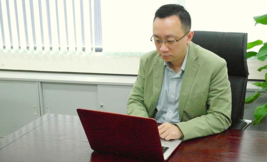 香港資訊科技商會榮譽會長方保僑示範利用Friendly Plus電腦程式同時操作多個帳戶。他指出,只要擁有一般電腦知識,普通市民也可自製大量粉絲和讚好。(圖片來源: 孫綺羚攝)