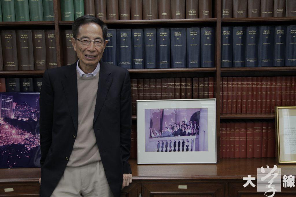 當年因「直通車」停駛而「下車」的立法局民主派議員,在香港回歸一刻站在立法會頂樓揮手道別,是當年轟動國際的新聞。這是李柱銘辦公室內少數擺放出來的一張照片。(石偉豪攝)
