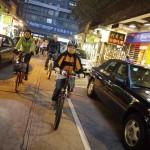 參加者騎著單車穿梭於大街小巷,兩旁皆 是富有香港特色的地道商鋪。