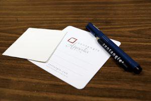 禪繞畫的基本工具:畫紙、針筆和鉛筆。其中畫紙只有約3.5吋乘3.5吋,導師認為學員會較容易控制和完成作品。(錢穎嘉攝)
